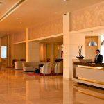 Tatil için Neden Kıbrıs'ı Tercih Etmelisiniz? - otel resepsiyon