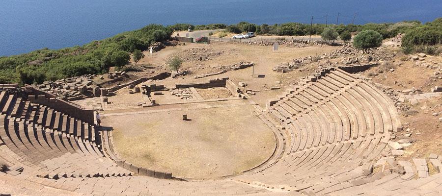 Mavilikler İçinde Bir Sahil Kasabası: Assos - Anfi Tiyatro