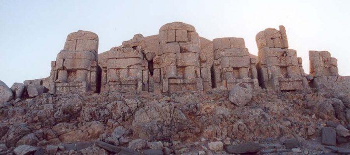 Tanrılar ve Kralların Gizemli Dağı Nemrut - Heykel Gövdeleri